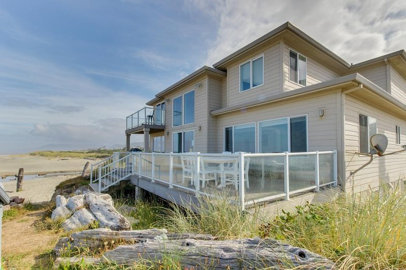 Gaze at the ocean with your dog from this beach house - inlcudes hot tub! - Image 1 - Rockaway Beach - rentals