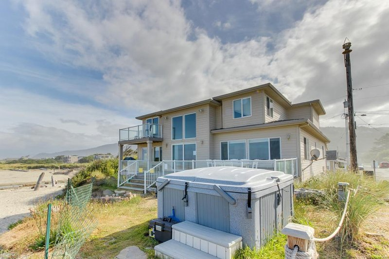Oceanfront, dog-friendly home w/ private hot tub, jetted tub, great decor! - Image 1 - Rockaway Beach - rentals