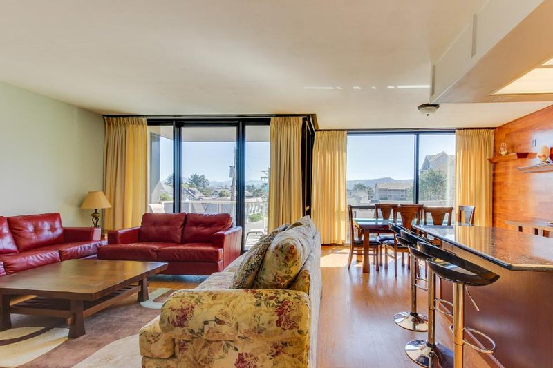 Lovely condo with partial ocean views and shared pool/sauna! - Image 1 - Seaside - rentals