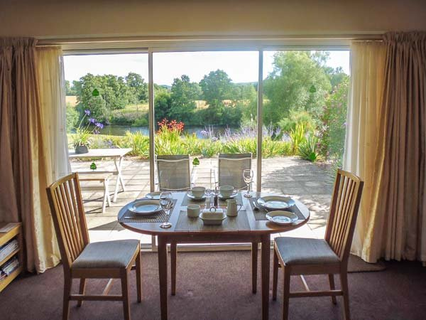 HERONS, king-size bed, views of River Wye, with a garden in Byford, Ref 11363 - Image 1 - Byford - rentals