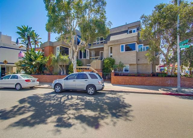 Spacious South Mission 4-bed/3-ba townhouse w/ 3-car parking on ocean side. - Image 1 - Pacific Beach - rentals