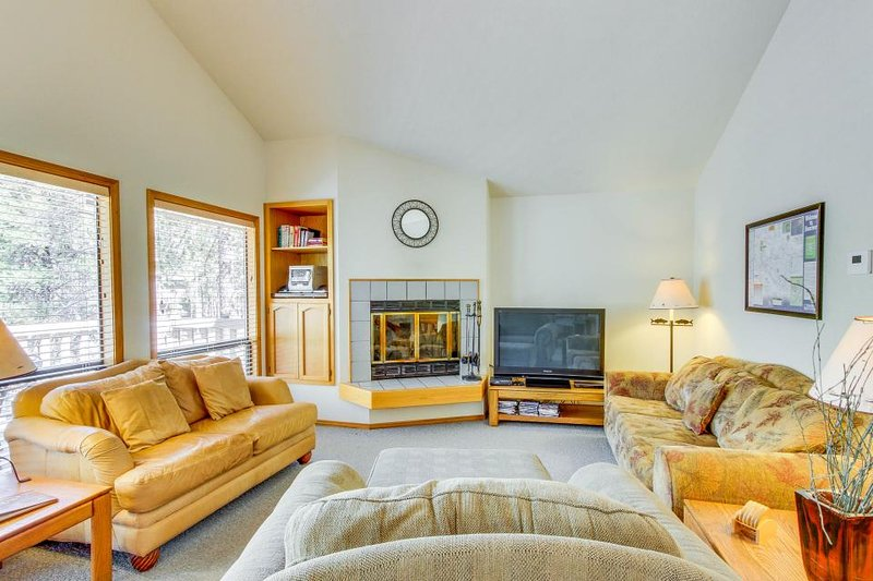 Lovely family-friendly house with deck and a private hot tub! - Image 1 - Sunriver - rentals