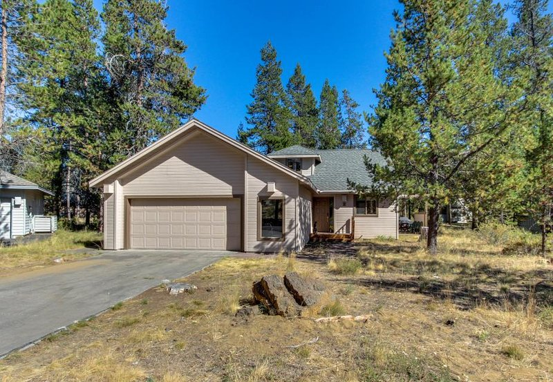 Dog-friendly home w/ a hot tub & foosball table, near the Woodlands Golf Course! - Image 1 - Sunriver - rentals