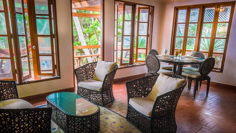 Ample living room - Contadora - Direct beach access and pool - Contadora Island - rentals
