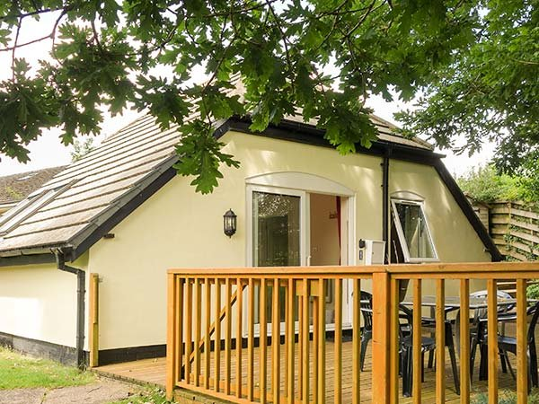 LAKEVIEW, single-storey lodge, decked patio, shared on-site facilities, inc. swimming pool and fishing, Highampton, Ref 924777 - Image 1 - Black Torrington - rentals