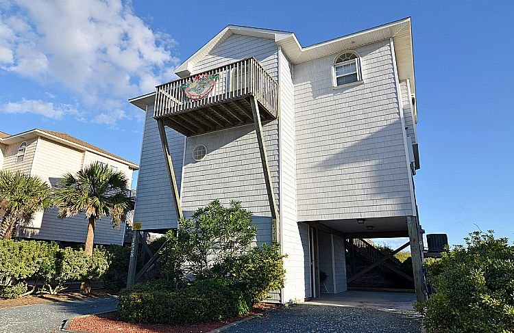 Street Side Exterior - Fins To The Right - Alluring Ocean View, Festive Interior, Direct Beach Access - Surf City - rentals