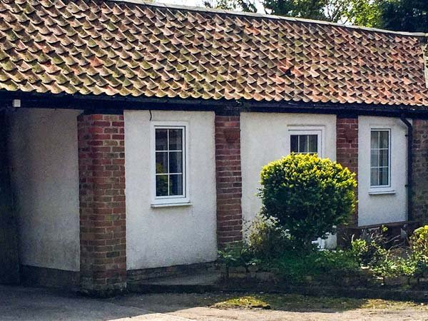 CUPID'S COTTAGE, cosy cottage in courtyard, double bedroom, parking, WiFi, near Bridlington, Ref 922235 - Image 1 - Bridlington - rentals