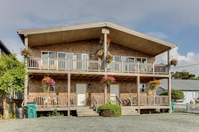 Dog-friendly w/ ocean views, modern interior! Close to Rockaway Beach! - Image 1 - Rockaway Beach - rentals