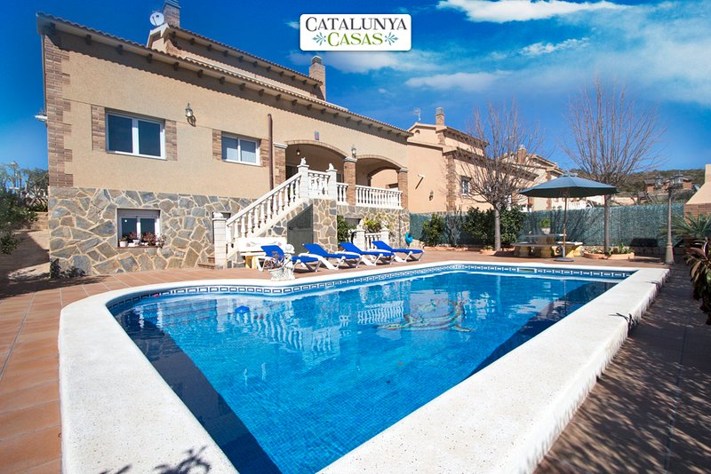 Elegant modern villa for 10 guests in Roda de Berà, just 4 km from the beach! - Image 1 - Roda de Bara - rentals