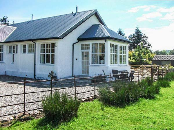 GHLEANNA BEAG (SMALL GLEN), end-terrace, all ground floor, woodburner - Image 1 - Kilmartin - rentals