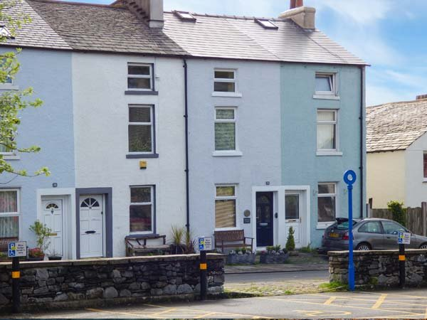 MILLSTONE COTTAGE, mid-terrace, pet-friendly, WiFi, shops and pubs in walking distance, in Ulverston, Ref 30022 - Image 1 - Ulverston - rentals