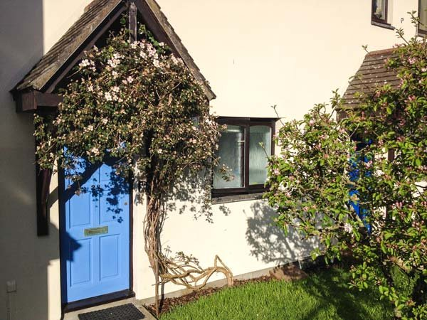 AVALENN COTTAGE split-level open plan living area, river views, close to town centre in Wadebridge Ref 904072 - Image 1 - Wadebridge - rentals