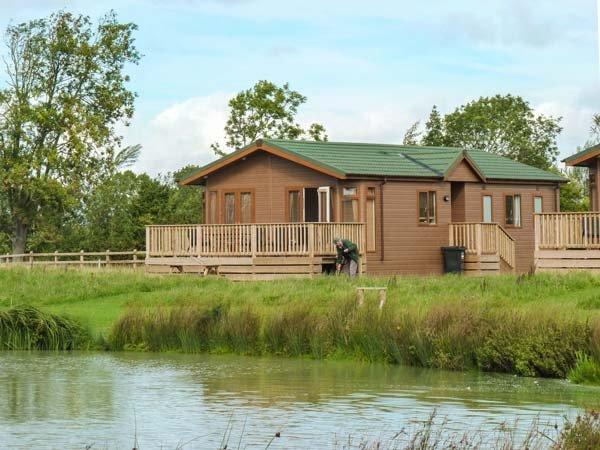 BRAMLEY LODGE, luxury chalet, open plan, fishing lake on-site, near Weston super Mare, Ref 915432 - Image 1 - Yatton - rentals