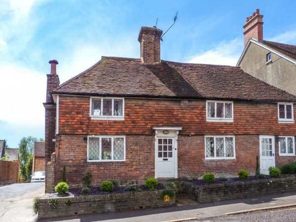 44 LOWER LAKE, Grade II listed cottage, enclosed walled garden, WiFi, two woodburning stoves, in Battle, Ref 918629 - Image 1 - Battle - rentals