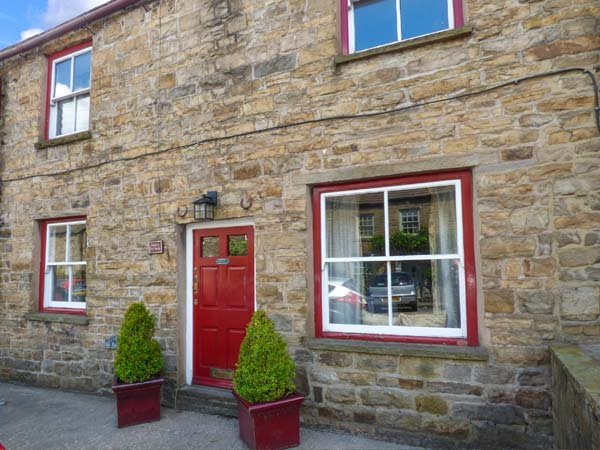 MARY'S COTTAGE, mid-terrace, woodburner, WiFi, pet-friendly, cottage garden, in - Image 1 - Hawes - rentals
