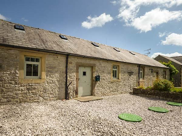 2 MANOR COURT, spacious cottage with an en-suite bedroom, electric woodburner-style stove, patio with furniture, good walking base, in Over Haddon, Ref 919727 - Image 1 - Over Haddon - rentals