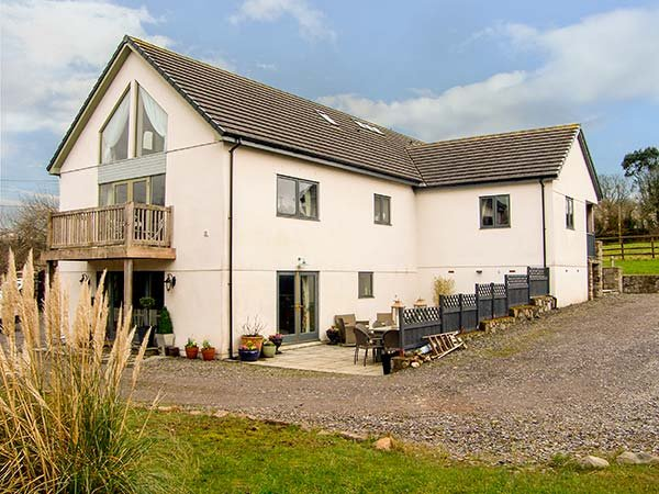 NANT-YR-RHEDYN, hot tub, woodburners, coastal, pet-friendly, WiFi, Red Wharf - Image 1 - Llanbedrgoch - rentals