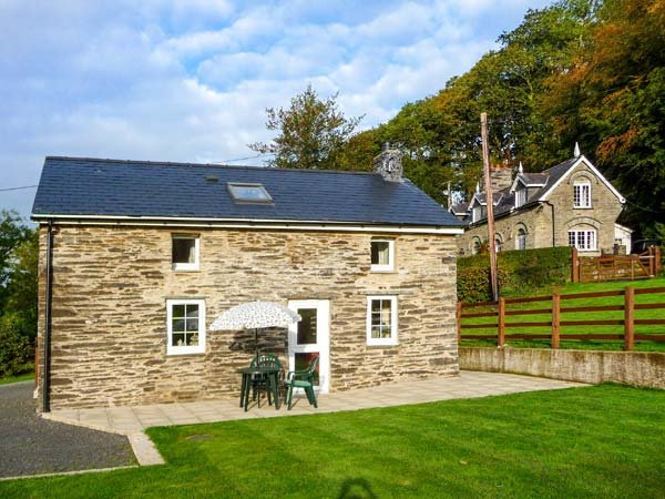 CWMDU COTTAGE, detached, open plan living area, ample parking, garden, near Newcastle Emlyn, Ref 920784 - Image 1 - Newcastle Emlyn - rentals