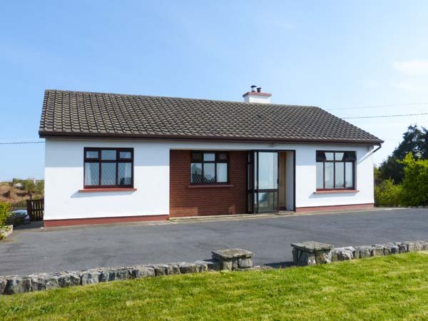 TIGH MAMO, all ground floor, open fire, enclosed lawned garden, in Spiddal, Ref 921980 - Image 1 - Spiddal - rentals