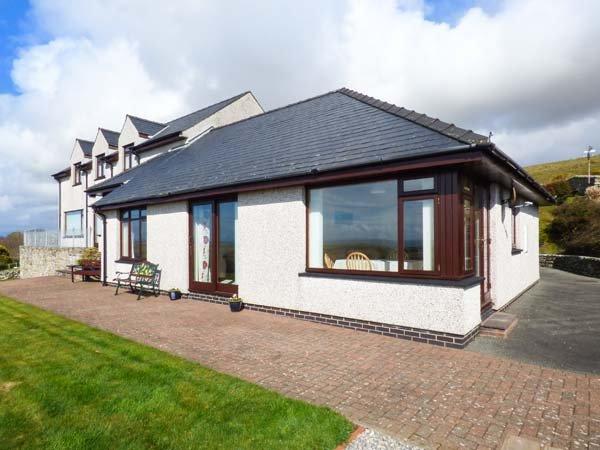 BRYN COCH BACH, all ground floor, garden, pet-friendly, WiFi,Dyffryn Ardudwy, Ref 921995 - Image 1 - Dyffryn Ardudwy - rentals