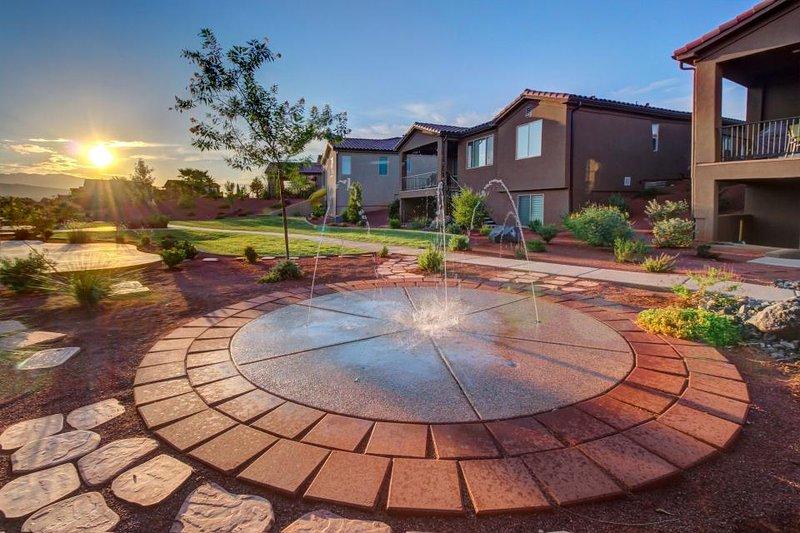 Modern home w/ private splash pad! Shared hot tub & pools! - Image 1 - Santa Clara - rentals