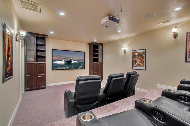 Shared pool/ hot tub, in-home theater, 42 miles from Zion National Park - Image 1 - Santa Clara - rentals