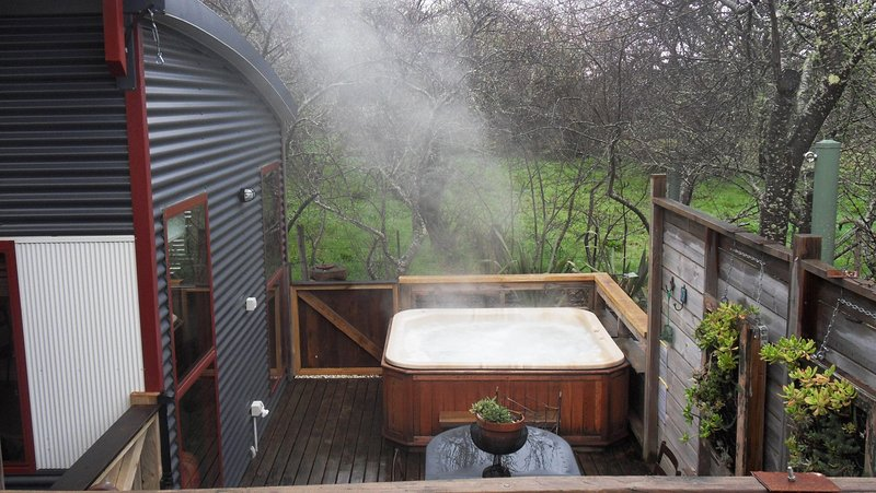 hot tub on private deck - Texada ;private hot tub - Daylesford - rentals