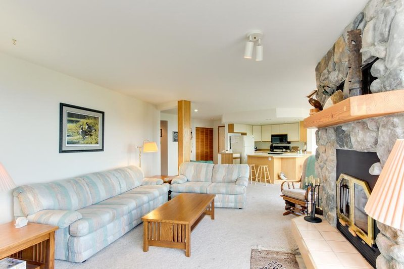 Welcoming condo with lake & mountain views, close to the slopes - Image 1 - Sandpoint - rentals