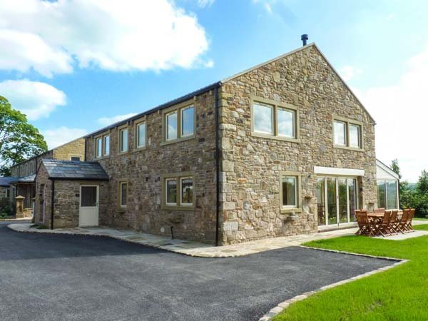 DUDDLE COTTAGE, en-suite bedrooms, woodburner, hot tub, ideal for families, in - Image 1 - Ribchester - rentals