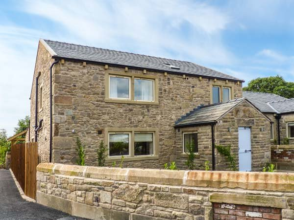 WADDOW COTTAGE, luxury holiday home, en-suites, woodburner, hot tub, walks from the door, in Ribchester, Ref 941623 - Image 1 - Ribchester - rentals