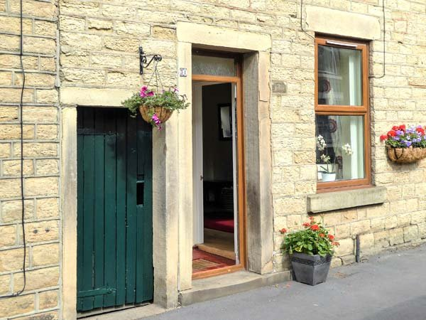 FEATHERBED TOP COTTAGE, cottage with garden, close amenities, walking, Glossop Ref 924538 - Image 1 - Glossop - rentals