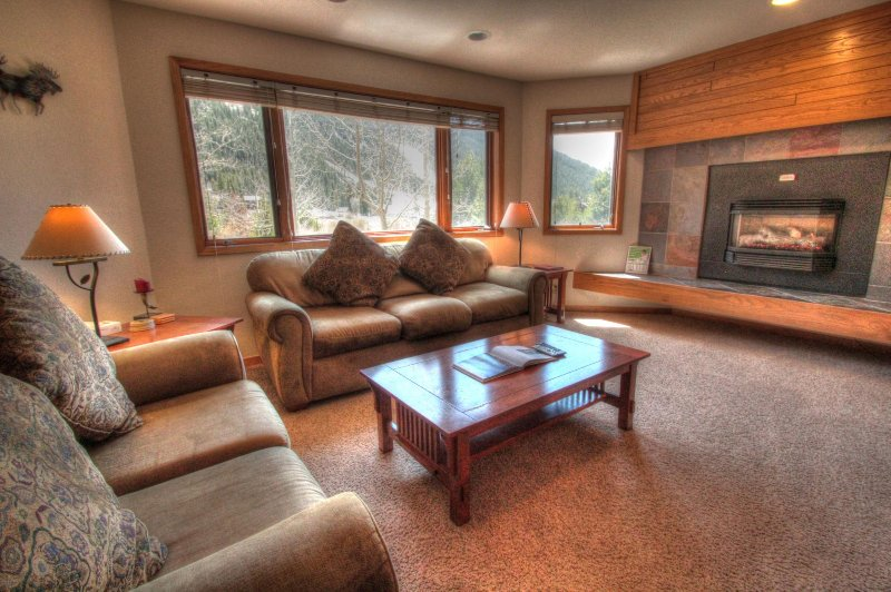 "SkyRun Property - ""FFD7 Frostfire"" - Living Room - Spacious living room featuring a roaring gas fireplace. - FFD7 Frostfire - Keystone - rentals"
