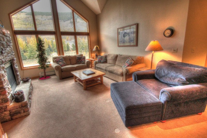 "SkyRun Property - ""Gateway 5038"" - Living Room - The vaulted ceilings give a very open feel to this condo. - Gateway 5038 - Keystone - rentals"