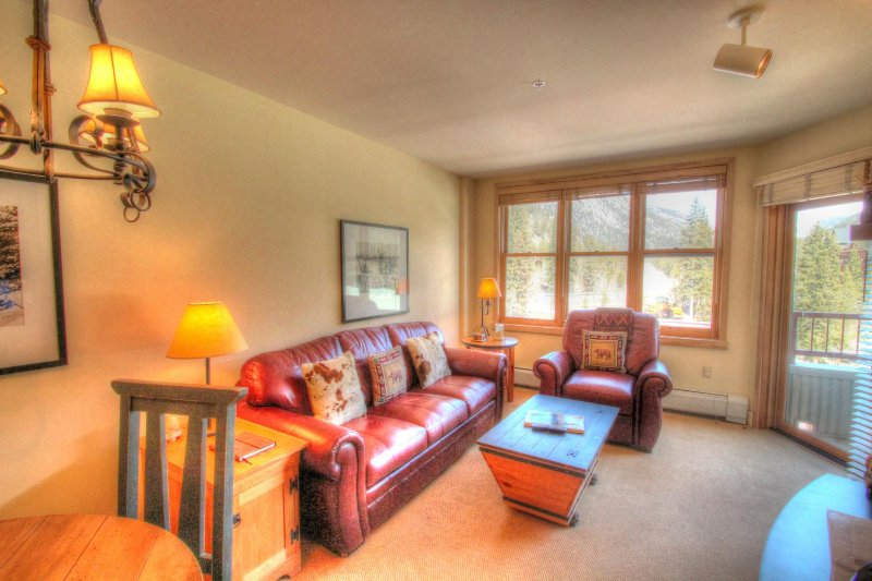 """SkyRun Property - """"8278 Silver Mill"""" - Living Room - Living room features leather furniture, the sofa pulls out to a queen size bed to sleep 2 additional people. There is also a flat screen TV, DVD player and VHS player with a small collection of movies. - 8278 Silver Mill - Keystone - rentals"""