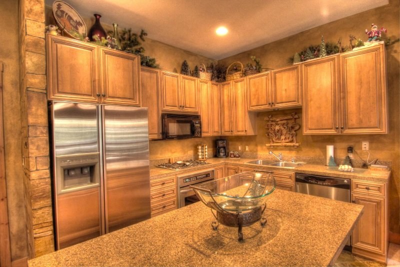 """SkyRun Property - """"3057 The Timbers"""" - Kitchen - Gourmet kitchen with granite counters, stainless steel appliances, and gas range. - 3057 The Timbers - Keystone - rentals"""