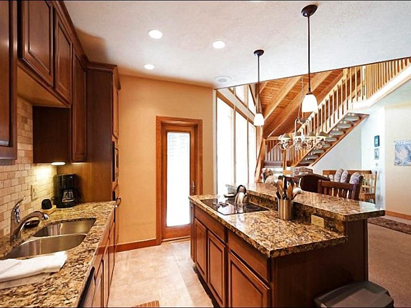 Full Kitchen with Breakfast Bar Seating - Delightful Deer Valley Townhome - Charming Location, Outstanding Amenities (24476) - Park City - rentals