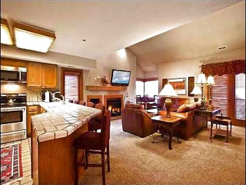 Kitchen with Breakfast Bar - Sophisticated Silver Cliff Condo - Beautiful Views (24660) - Park City - rentals