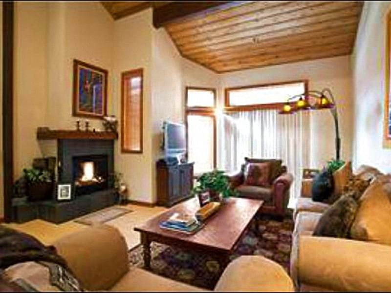 Living Room Boasts High Ceilings, a Flat-Screen TV, and Gas Fireplace - Recently Renovated - Designer Furnishings (24911) - Park City - rentals