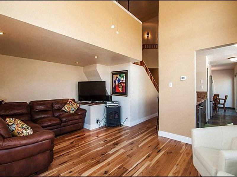 Spacious Living Room Features Leather Furnishings and a Flat-Screen TV - Chic & Stylish Townhome - Recently Remodeled (24998) - Park City - rentals