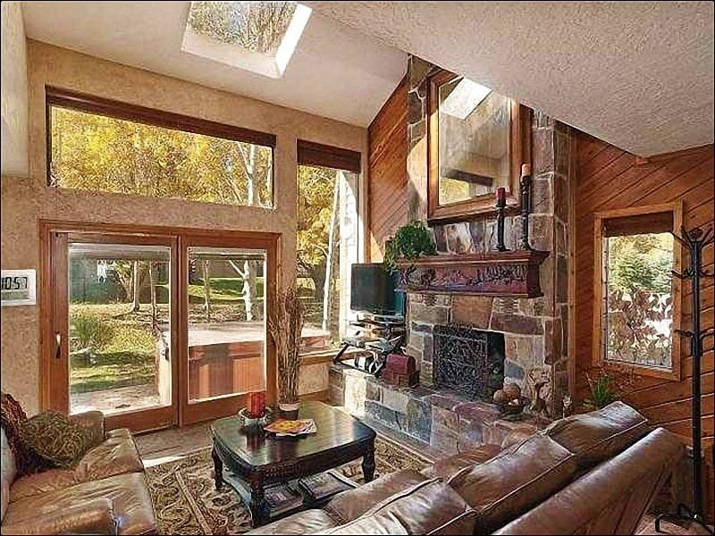 Spacious and Sunny Living Room Boasts, Vaulted Ceilings, a Flat-Screen TV, and Gas Fireplace - Luxurious, Beautifully Remodeled Home - Wonderful Year-Round Retreat (25049) - Park City - rentals