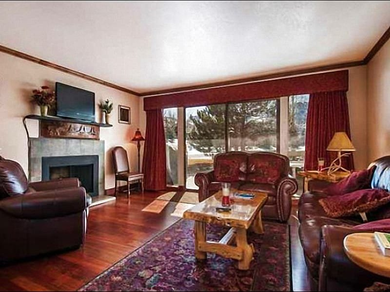 Spacious Living Room Boasts Fine Furnishings, a Flat-Screen TV, and Fireplace - Quiet Location & Great Views - Perfect for Family Vacations (25056) - Park City - rentals