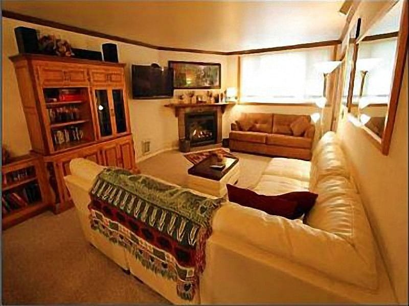 Spacious Living Room with Fireplace and Flat Screen TV - 24 Hour On-Site Reception Desk - Fitness Center (25165) - Park City - rentals