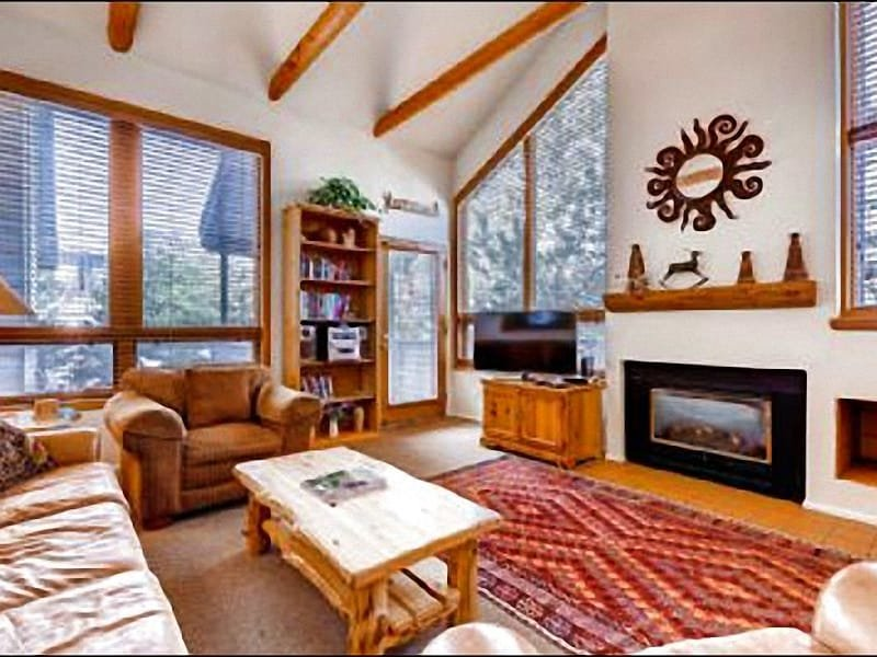 Living Room with Large Flat Screen TV and Fireplace - Comfortable for Large Families and Groups - Close to Local Activities (25193) - Park City - rentals