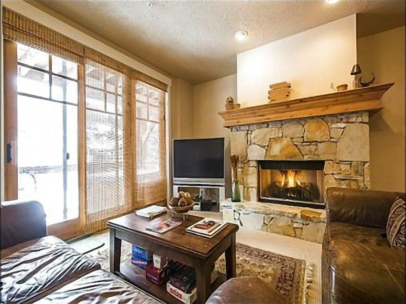 Spacious Living Room with Large Flat Screen TV and Custom Fireplace - Beautiful Views from Private Hot Tub - Close to Local Shops and Activities (25195) - Park City - rentals