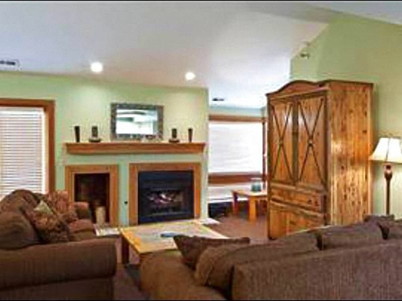 Living Room Offers Abundant Seating and a Gas Fireplace - Perfect for a Group Ski Vacation - One Block from the Shuttle (25232) - Park City - rentals