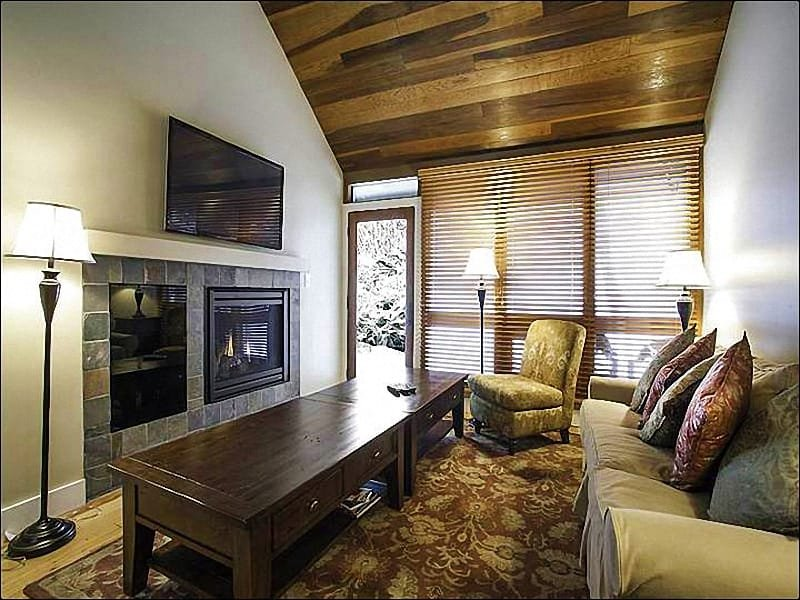 Vaulted Ceilings, a Gas Fireplace, and a Flat-Screen TV in the Living Room - Across from the Silver Star Chairlift - Ski-In/Ski-Out for Cross-Country Skiers (25238) - Park City - rentals