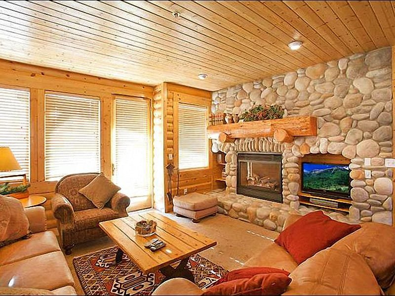 Beautiful River Rock Fireplace in the Living Room - Convenient Mid-Mountain Location - Rustic Mountain Retreat (25257) - Park City - rentals