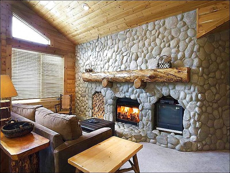 Living Room Features a Gas Fireplace, TV, Vaulted Ceilings, and a Sleeper Sofa - Comfortable Condo with a Mountain Lodge Feel - Great Year-Round Getaway (25326) - Park City - rentals