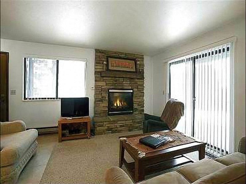 Living Room with Gas Fireplace - Valley View - Shared Hot Tub and Pool (25415) - Park City - rentals