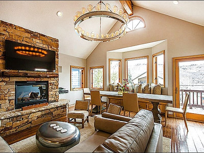 Stunning Living Room has Vaulted Ceilings and a Large Flat Screen TV - Beautiful Mountain Views - Short Walk to Park City Mountain Resort (25479) - Park City - rentals